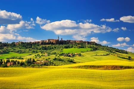 Foto de Tuscany spring, Pienza italian medieval village. Siena, Italy. - Imagen libre de derechos