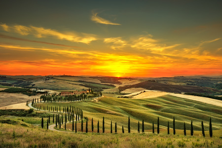 Photo pour Tuscany, rural sunset landscape. Countryside farm, cypresses trees, green field, sun light and cloud. Italy, Europe. - image libre de droit