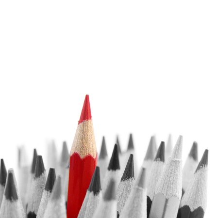 Foto de Red pencil standing out from others - Imagen libre de derechos