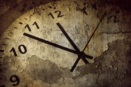 Photo pour Closeup of hands on grunge clock face - image libre de droit