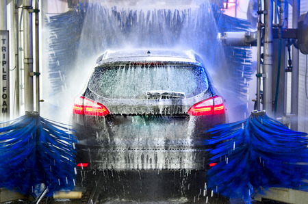Photo pour A car in an automatic car wash - image libre de droit