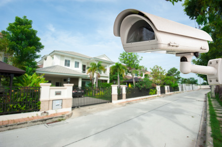 Foto de CCTV Camera with house in background - Imagen libre de derechos