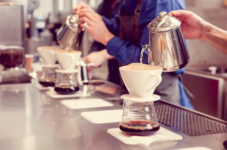 Photo pour barista driping coffee - image libre de droit