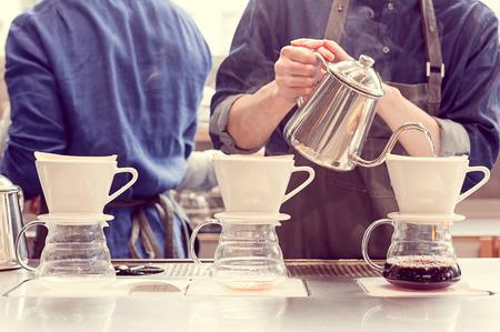 Foto de barista driping coffee - Imagen libre de derechos