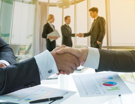 Photo pour Business handshake - image libre de droit