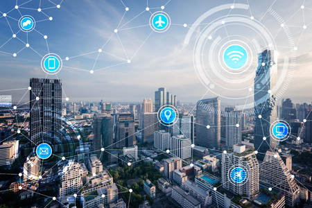 Foto de smart city and wireless communication network, IoT(Internet of Things), ICT(Information Communication Technology) - Imagen libre de derechos