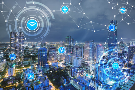 Foto de smart city and wireless communication network, IoT(Internet of Things), era of internet, internet of every things, internet in every day lifes - Imagen libre de derechos