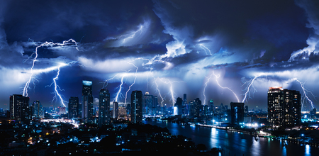 Foto de Lightning storm over city in blue light - Imagen libre de derechos