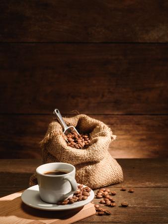 Foto de Vertical of a shot of espresso with roasted coffee bean - Imagen libre de derechos
