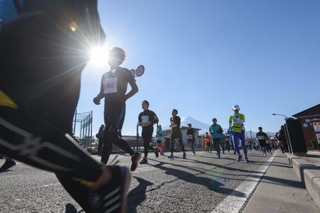 Photo pour Kawaguchiko, JAPAN - Nov 25, 2018: People running in Fuji Marathon 7th Event at Kawaguchiko lake in Yamanashi, japan - image libre de droit
