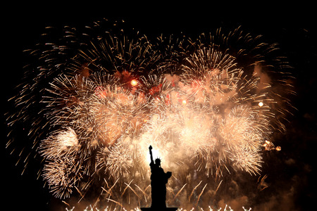 Foto de Silhouette statue of liberty on firework background - Imagen libre de derechos
