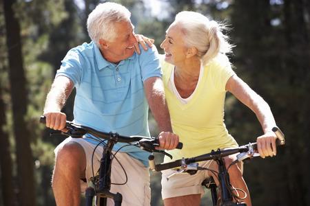 Photo pour Senior couple on country bike ride - image libre de droit