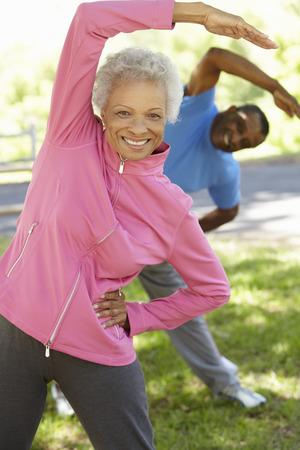 Foto de Senior African American Couple Exercising In Park - Imagen libre de derechos