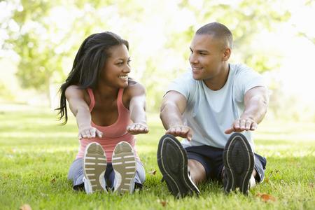 Foto de Young African American Couple Exercising In Park - Imagen libre de derechos