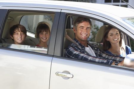Photo pour Family Setting Off On Car Journey - image libre de droit
