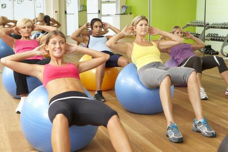 Foto de Women Taking Part In Gym Fitness Class - Imagen libre de derechos