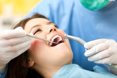 Photo pour Dentist at work - image libre de droit