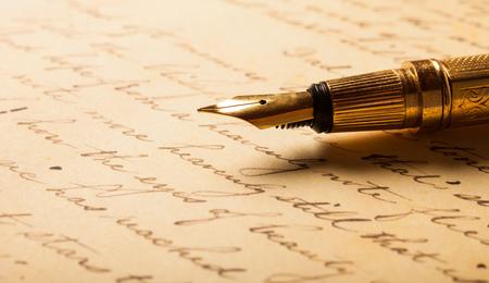 Photo pour Fountain pen on an antique handwritten letter - image libre de droit
