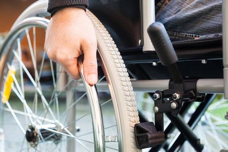 Foto de Paralyzed man using his wheelchair - Imagen libre de derechos