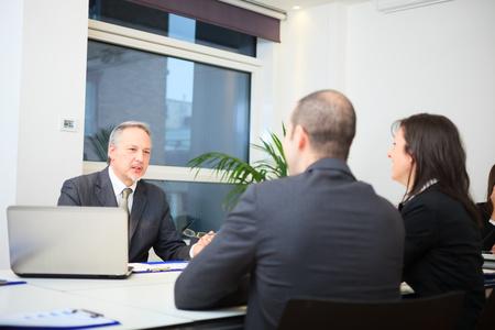 Foto de Businessman talking to a couple in a office - Imagen libre de derechos