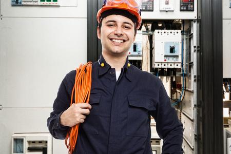 Foto de Portrait of an electrician at work - Imagen libre de derechos
