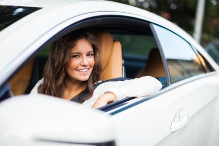 Photo pour Young woman driving her car - image libre de droit