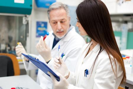 Foto de Couple of scientists at work in a laboratory - Imagen libre de derechos