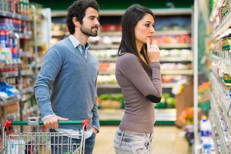 Photo pour Couple shopping in a supermarket - image libre de droit