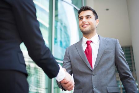 Foto de Young business people shaking hands - Imagen libre de derechos
