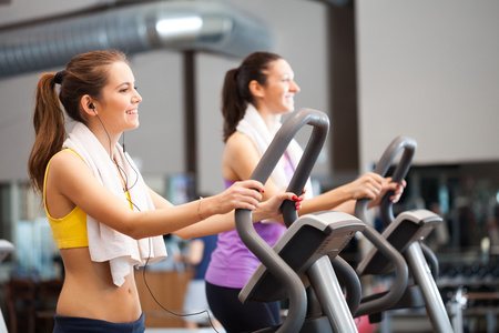 Foto per Two women training in a gym - Immagine Royalty Free