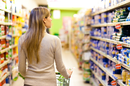 Foto de Woman shopping at the supermarket - Imagen libre de derechos