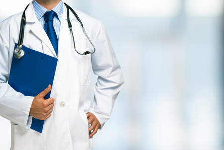 Foto per Detail of a doctor holding a clipboard - Immagine Royalty Free