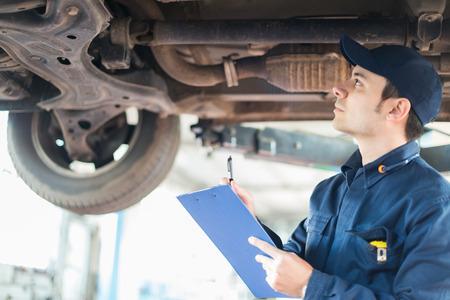 Foto de Portrait of a mechanic at work in his garage - Imagen libre de derechos