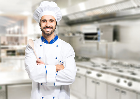 Foto de Smiling chef in his kitchen - Imagen libre de derechos