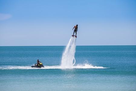 Photo pour man exibition on flyboard in the thailand beach - image libre de droit