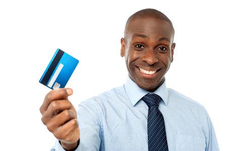 Photo pour Smiling corporate man showing his debit card - image libre de droit