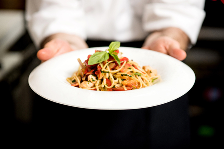 Foto de Chef holding hot spaghetti to serve in the restaurant - Imagen libre de derechos