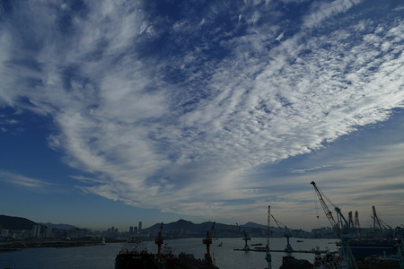 Foto per cloudy sky in a port with cranes - Immagine Royalty Free
