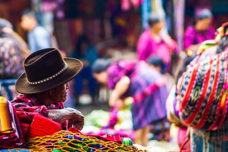 Photo pour View on old maya man on market in Chichicastenango - image libre de droit