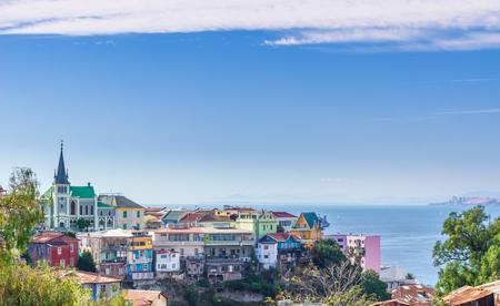Photo pour View on cityscape of colorful city Valparaiso in Chile - image libre de droit