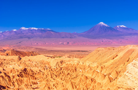 Foto de View on death Valley an volcanoes in the desert of Atacama - Chile - Imagen libre de derechos