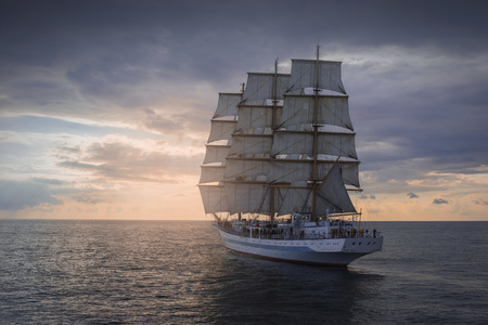 Foto de Ancient sailing ship in the sea at sunset - Imagen libre de derechos