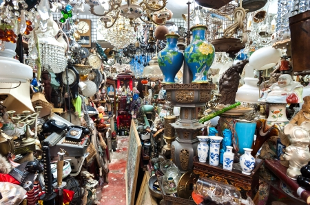 Photo pour Cluttered junk shop at Upper Lascar Row antique market, Hong Kong - image libre de droit