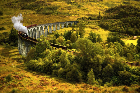 Foto de Jacobite steam train on old viaduct in Glenfinnan, Scotland - Imagen libre de derechos