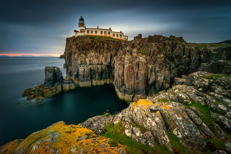 Foto de Lighthouse on Neist Point cliffs, Isle of Skye, Scotland - Imagen libre de derechos