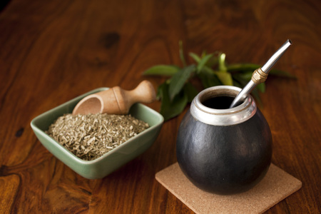 Foto de yerba mate in matero on a table - Imagen libre de derechos