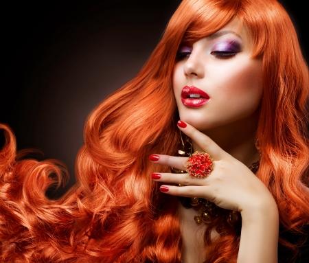 Foto de Wavy Red Hair  Fashion Girl Portrait  - Imagen libre de derechos