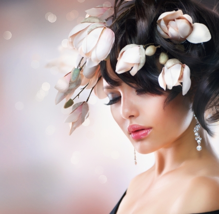 Photo pour Fashion Brunette Girl with Magnolia  Hairstyle - image libre de droit