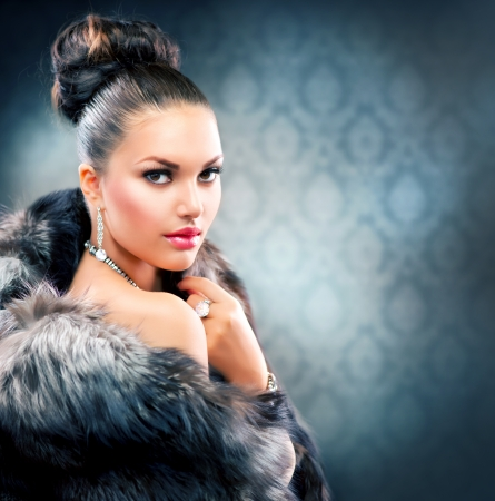 Photo pour Beautiful Woman in Luxury Fur Coat  - image libre de droit