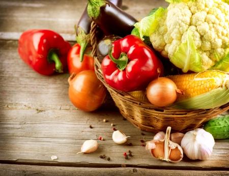 Foto de Healthy Organic Vegetables on a Wood Background  - Imagen libre de derechos